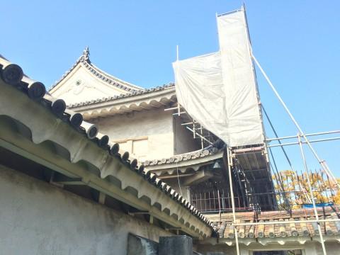 千貫櫓。現在古建造物は修理中の所が多く、幕や工事足場などで覆われてる状態です